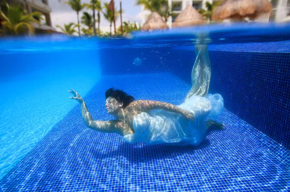 underwater trash the dress photo sessions in pool