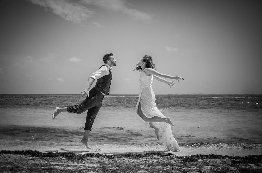 wedding photography trash the dress in cancun beach