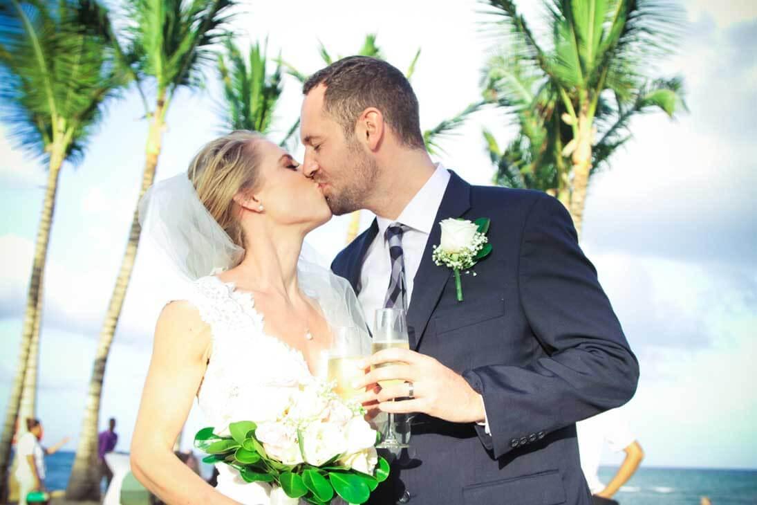wedding photography ceremony kissing
